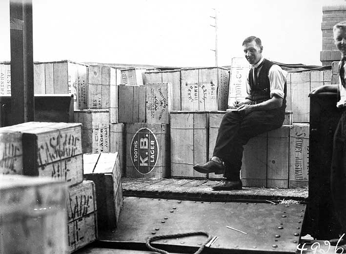 Prohibition in Canberra ends - first liquor shipment 1928